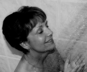 1052087_27803910 mulher no banho